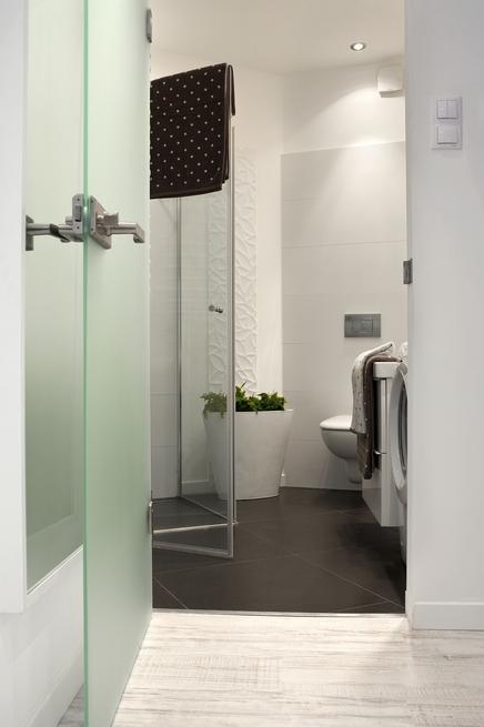Nowoczesna biała łazienka. Aranżacja małego wnętrza