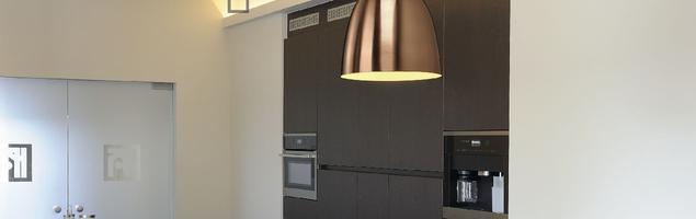 Miedziane lampy industrialne w nowoczesnej kuchni
