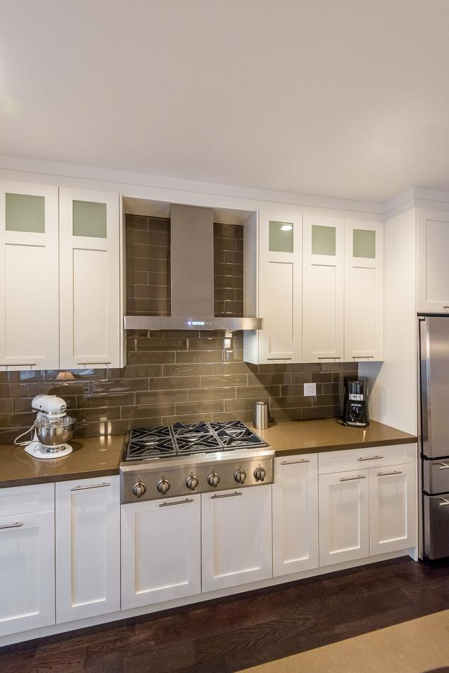 Zobacz galerię zdjęć Jak urządzić kuchnię? Biała kuchnia z wyspą  Stronywnęt