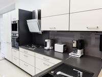 Biało-czarna kuchnia. Nowoczesne wyposażenie kuchni