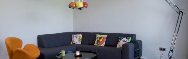 Nowoczesny salon z dodatkami w stylu pop-art